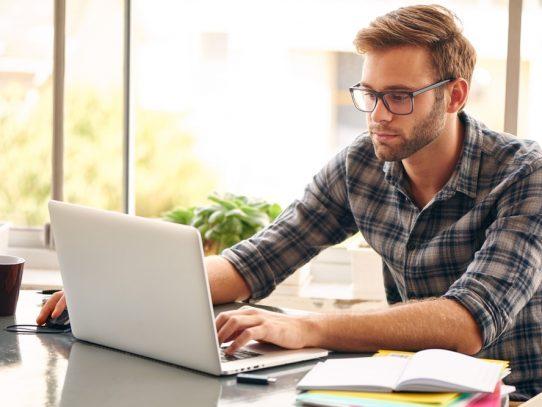 Pós-graduação a distância: como funciona? Vale a pena fazer?